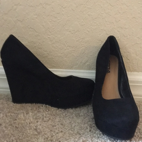 Soda Shoes - Black wedges